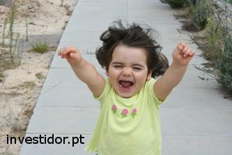 Criança a correr com felicidade