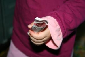 criança com dinheiro na mão